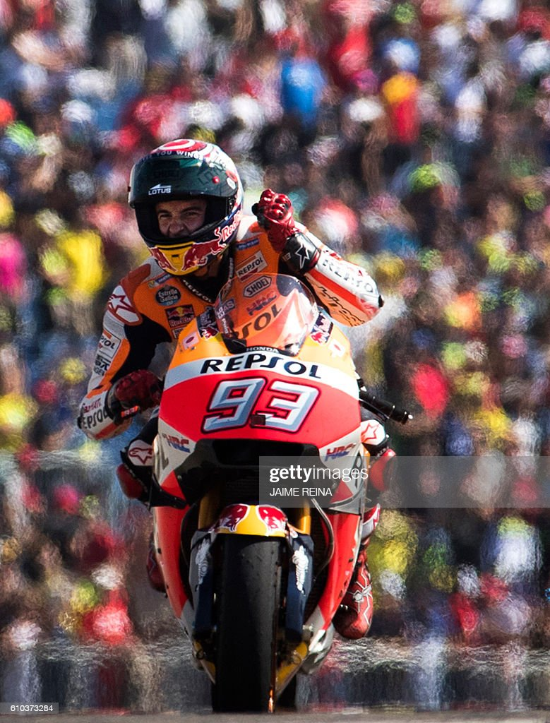 Repsol Honda's Spanish rider Marc Marquez celebrates after winning the Moto GP race of the Aragon Grand Prix at the Motorland racetrack in Alcaniz on September 25, 2016. / AFP / JAIME