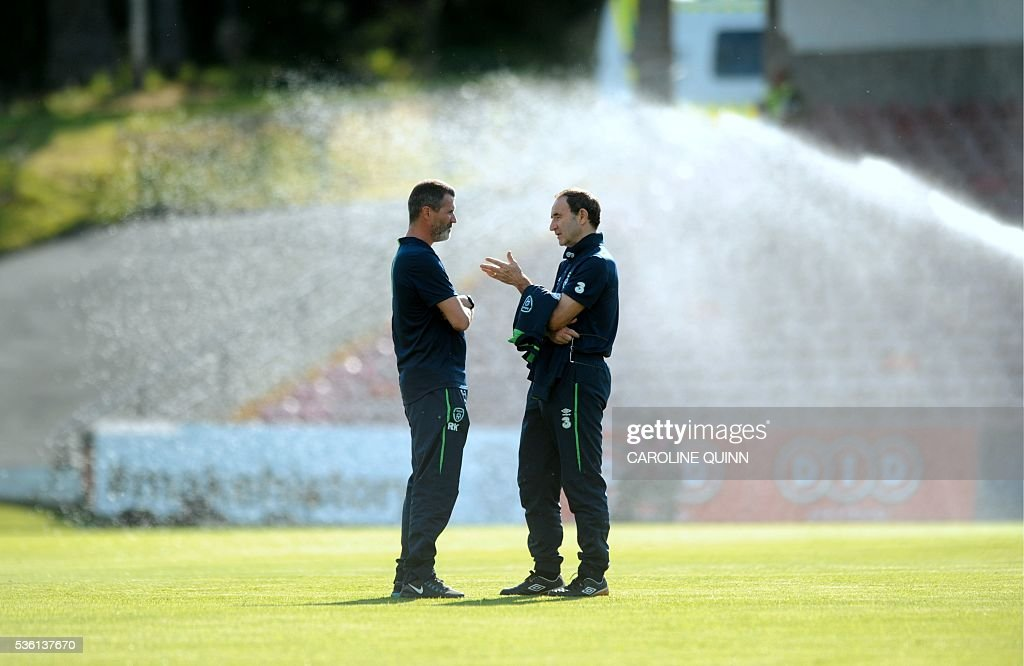 Republic of Ireland manager Martin O'Neill (R) and assistant manager Roy Keane (L) talk on the pitch before the international friendly football match between Republic of Ireland and Belarus at Turner's Cross stadium in Cork, Ireland, on May 31, 2016. / AFP / CAROLINE