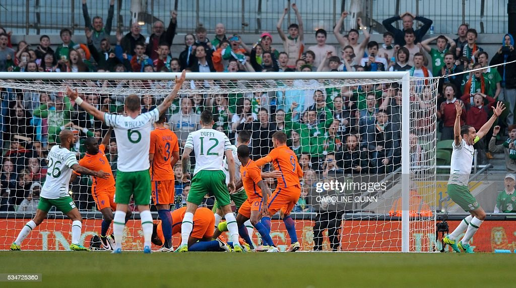 Republic of Ireland players celebrate the goal of Shane Long during the friendly football match between Ireland and the Netherlands at the Aviva Stadium in Dublin, Ireland, on May 27, 2016. / AFP / CAROLINE