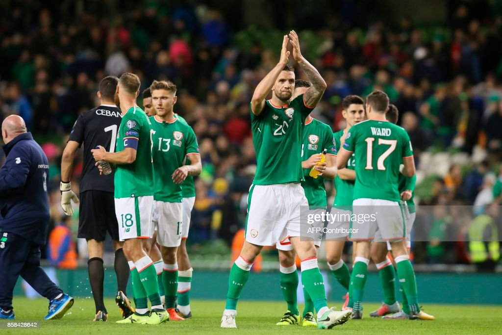 Republic of Ireland's defender Shane Duffy (C) applauds the crowd after the final whistle during the FIFA World Cup 2018 qualification football match between Republic of Ireland and Moldova at the Aviva Stadium in Dublin on October 6, 2017. / AFP PHOTO / Paul FAITH