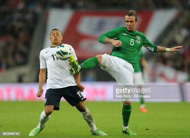Republic of Ireland's Glenn Whelan and England's Alex OxladeChamberlain battle for the ball