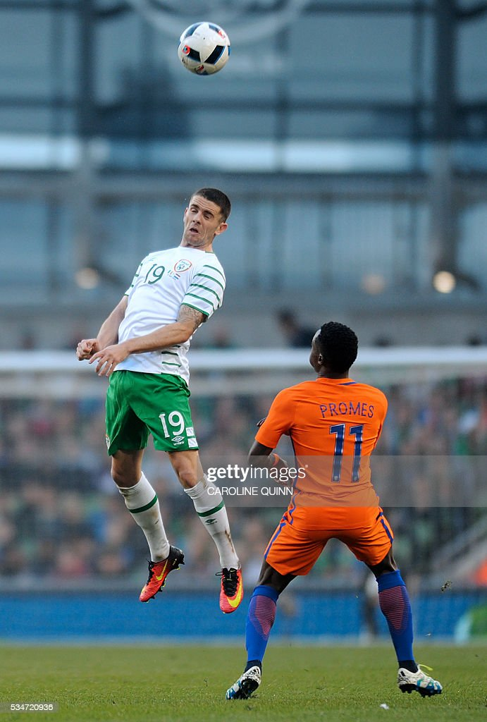Republic of Ireland's midfielder Robbie Brady (L) vies for the ball against Netherlands' striker Quincy Promes during the friendly football match between the Republic of Ireland and the Netherlands at the Aviva Stadium in Dublin, Ireland, on May 27, 2016. / AFP / CAROLINE