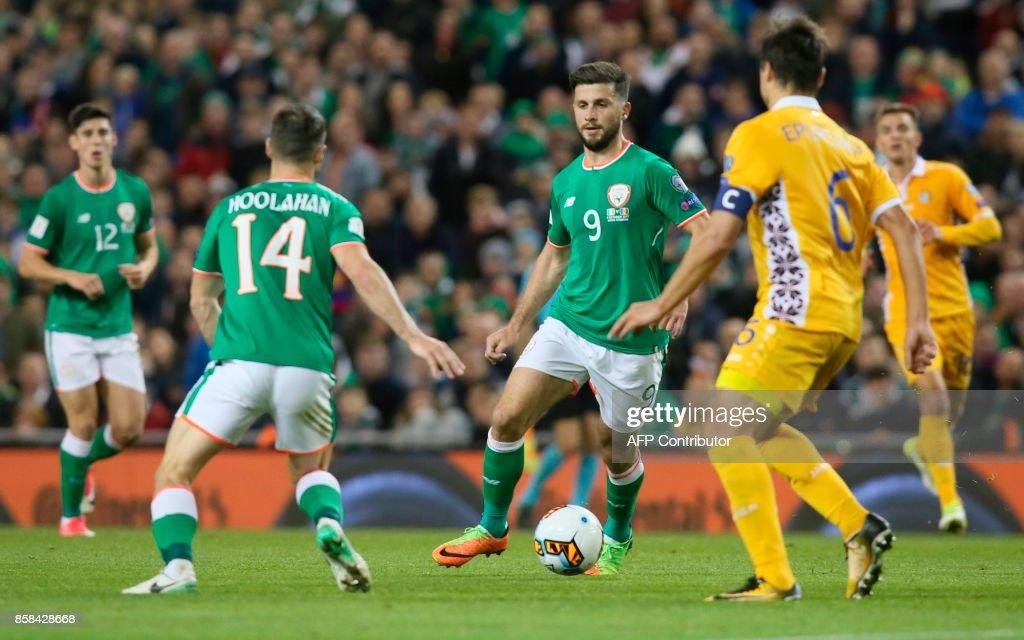 Republic of Ireland's striker Shane Long (C) runs with the ball during the FIFA World Cup 2018 qualification football match between Republic of Ireland and Moldova at the Aviva Stadium in Dublin on October 6, 2017. / AFP PHOTO / Paul FAITH