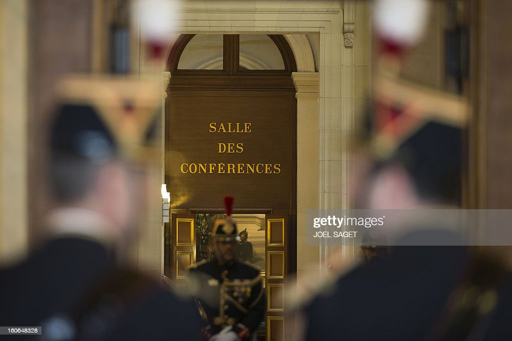 Republican guards are in faction on February 4, 2013 at the National Assembly in Paris. AFP PHOTO JOEL SAGET