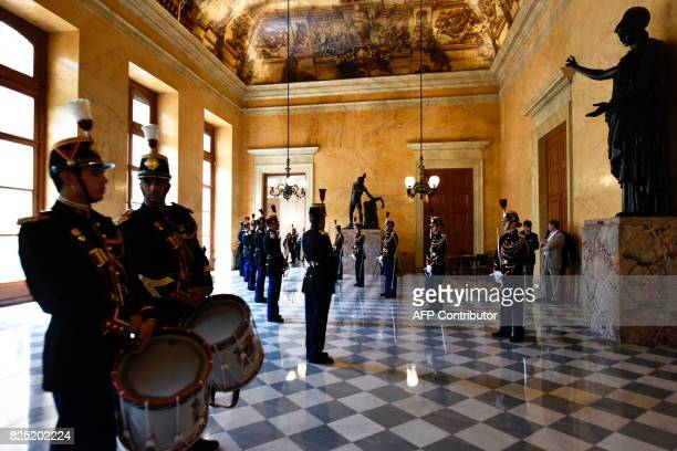 Republican guards stand at the 'salle des pas perdus' at the French National Assembly on August 1 2017 in Paris / AFP PHOTO / PHILIPPE LOPEZ