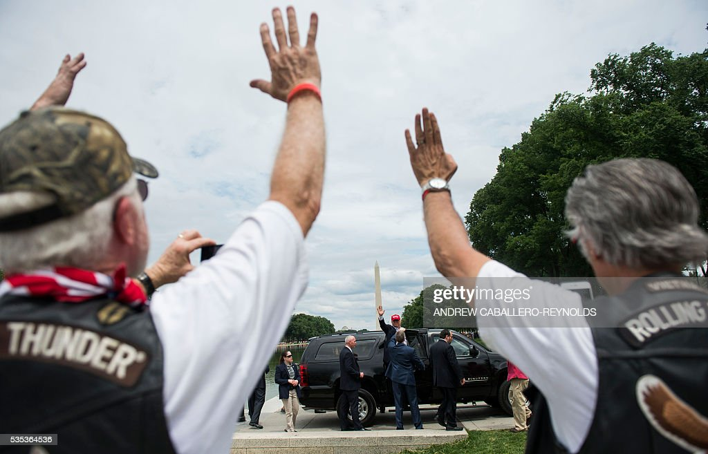 Republican presedential candidite Donald Trump waves to veterans and supporters after an event at the annual Rolling Thunder 'Ride for Freedom' parade ahead of Memorial Day in Washington, DC, on May 29, 2016. / AFP / Andrew Caballero-Reynolds