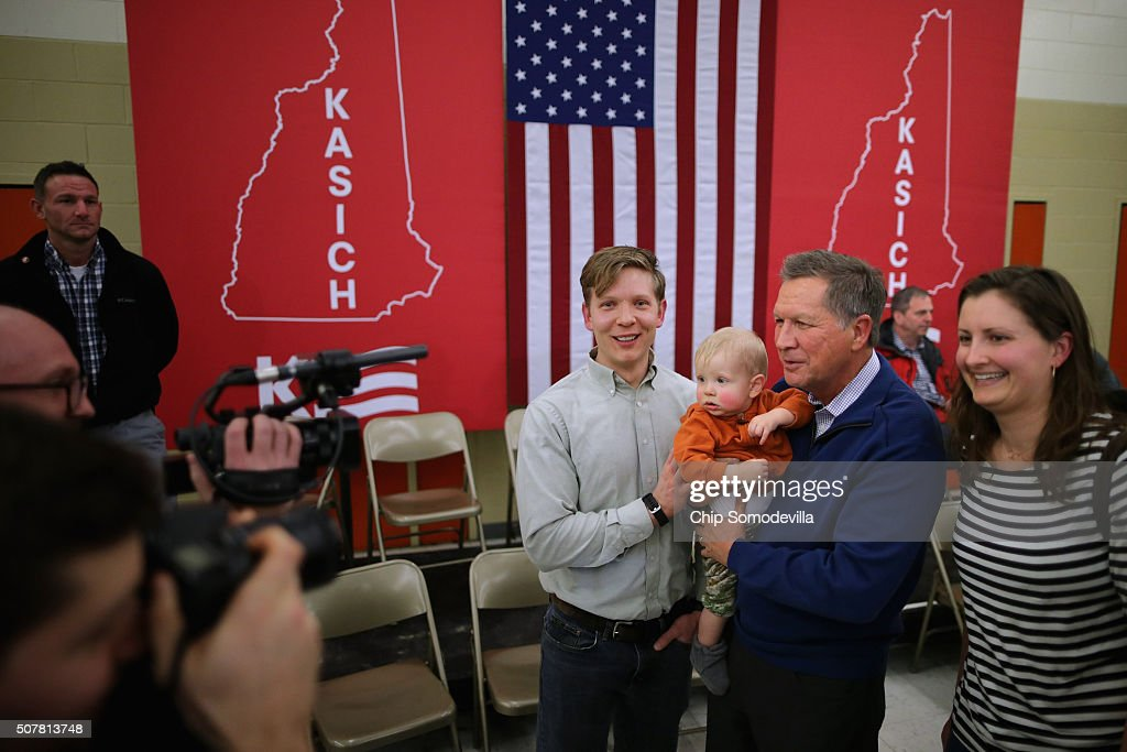 Republican presidential candidate and Ohio Gov John Kasich poses for a photograph with 1yearold Lou Almstrom and his parents Scott and Katy Almstrom...
