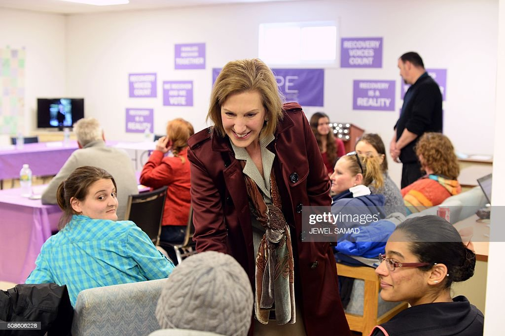 US Republican presidential candidate Carly Fiorina (C) greets people as he arrives to attend an Addiction Recovery Roundtable at the Hope for NH Recovery center in Manchester, New Hampshire, on February 5, 2016. / AFP / JEWEL