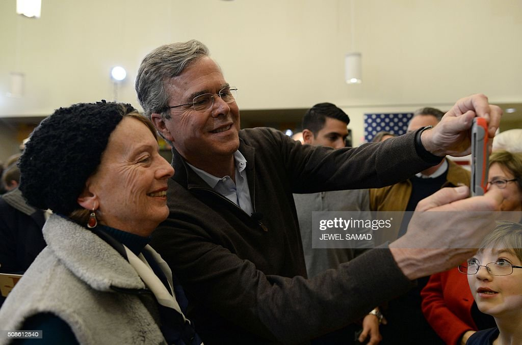 US Republican presidential candidate Jeb Bush helps a supporter to take a selfie after a Town Hall meeting in Concord, New Hampshire, on February 5, 2016. / AFP / JEWEL SAMAD