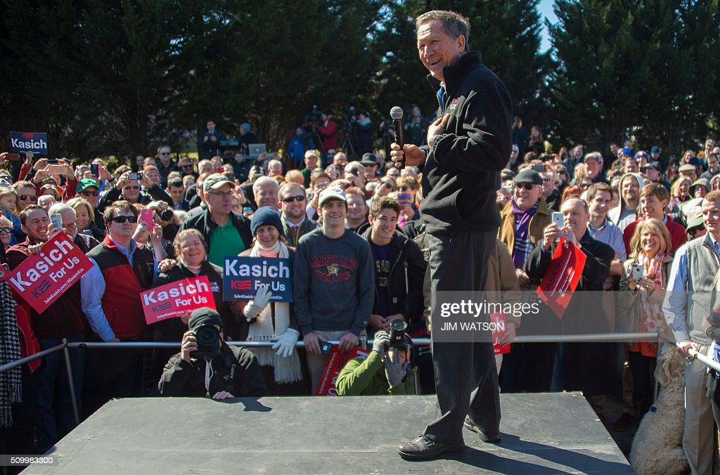 Republican presidential candidate John Kasich speaks outside Mutt's BBQ in Mauldin, South Carolina, February 13, 2016. / AFP / JIM WATSON