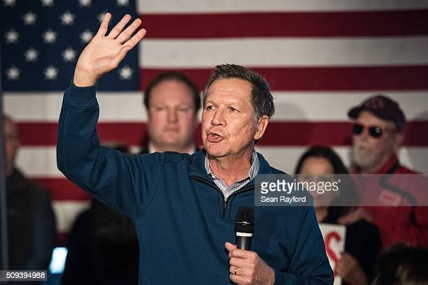 Republican presidential candidate John Kasich talks to the crowd at Finn's Brick Oven Pizza Wednesday Feb 10 2016 in Mt Pleasant South Carolina The...