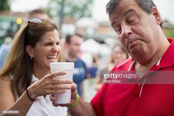 Republican presidential candidate New Jersey Governor Chris Christie and his wife Mary Pat share a beer at the Iowa State Fair on August 22 2015 in...