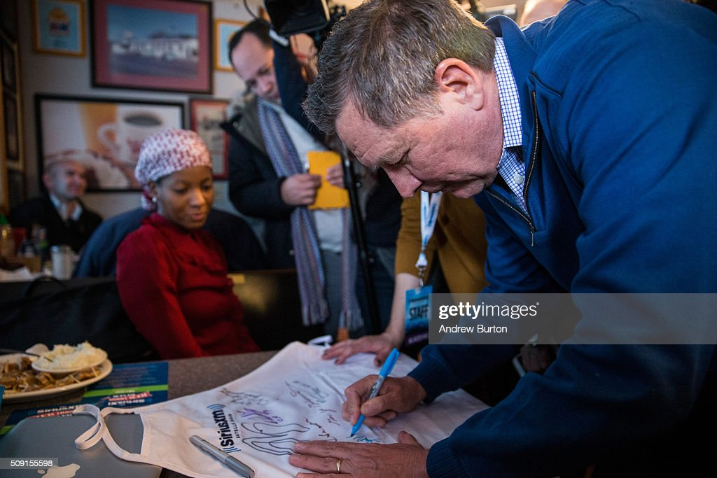 Republican presidential candidate Ohio Governor <a gi-track='captionPersonalityLinkClicked' href=/galleries/search?phrase=John+Kasich&family=editorial&specificpeople=1315571 ng-click='$event.stopPropagation()'>John Kasich</a> signs a t-shirt at the Red Arrow Diner on February 9, 2016 in Manchester, New Hampshire. Today New Hampshire voters will decide between Republican and Democratic nominees for the presidency.