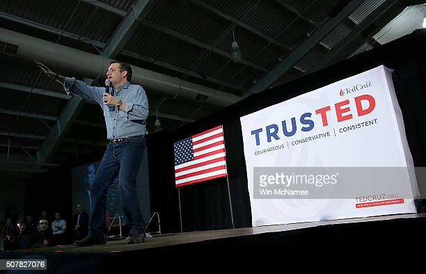 Republican presidential candidate Sen Ted Cruz speaks to Iowa voters at the Iowa State Fairgrounds January 31 2016 in Des Moines Iowa The US...