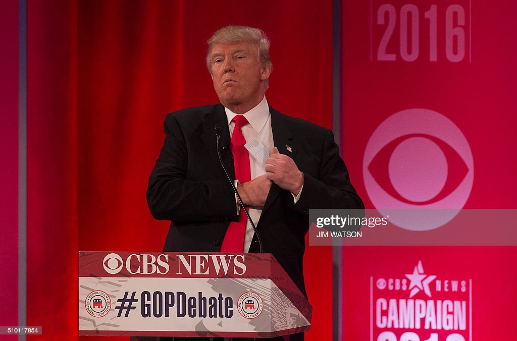 Republican presidential candidates Donald Trump tucks a note into his suit pocket following the CBS News Republican Presidential Debate in Greenville, South Carolina, February 13, 2016. / AFP / JIM WATSON