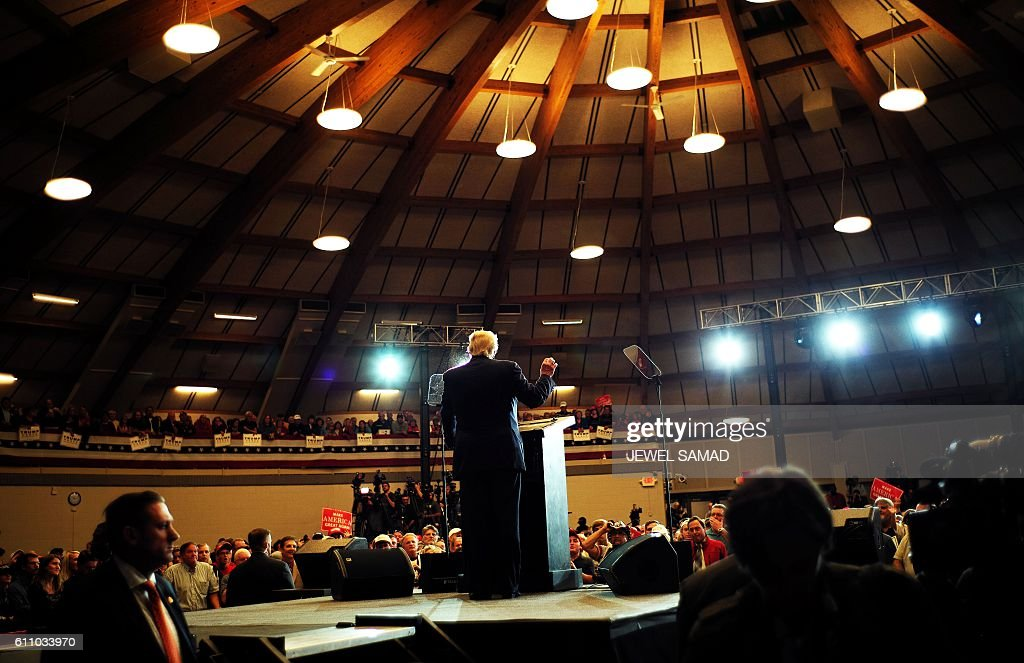Republican presidential nominee Donald Trump speaks during a campaign rally at the County Expo Center in Waukesha, Wisconsin, on September 28, 2016. / AFP / Jewel SAMAD