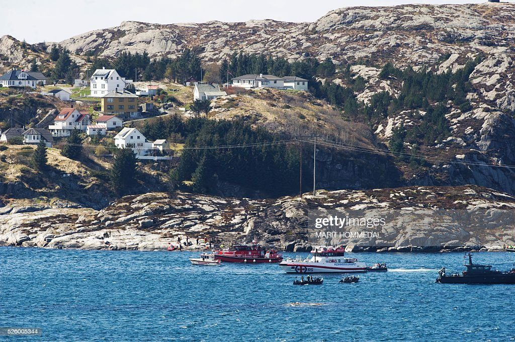 Rescue forces work at the shore west of Bergen, Norway after a helicopter transporting 13 workers from an offshore oil field in the North Sea crashed off on April 29, 2016. / AFP / NTB Scanpix / Marit HOMMEDAL / Norway OUT