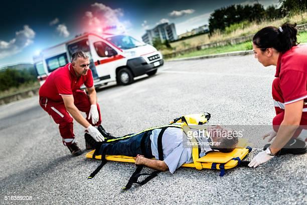 Homme blessé équipe de sauvetage aider