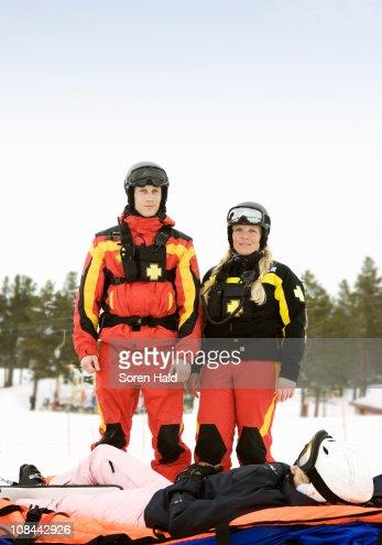 Rescue-Team mit Skifahrer