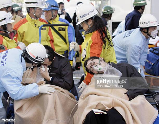 Rescue workers and volunteers treat wounded 'victims' during an earthquake drill at Tokyo's Roppongi Hills 17 January 2008 on the aniversary day of...