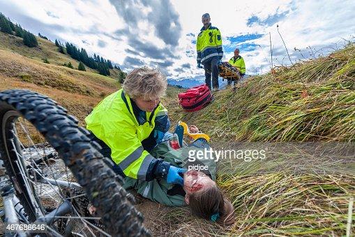 rescue worker in Maßnahmen zur Rettung mountain bike Unfall Opfer