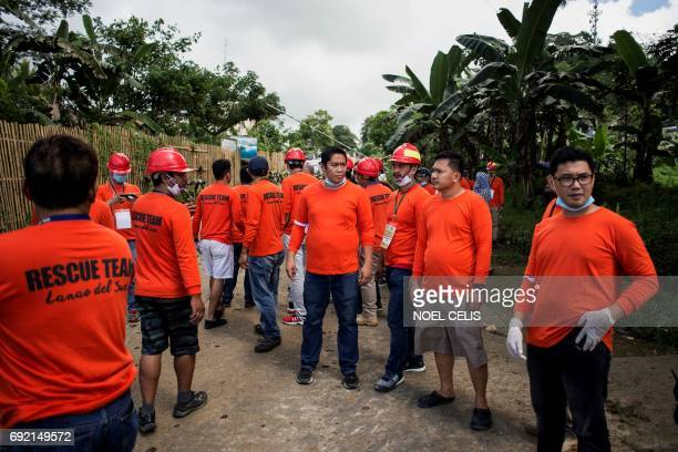 Rescue workers wait for civilian evacuees to arrive in Marawi City on the southern island of Mindanao on June 4 2017 Efforts to rescue up to 2000...