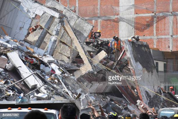 Rescuers are seen during the helping people after 71 earthquake ocurred in Mexico City on September 19 2017 On September 19 an earthquake occurred of...