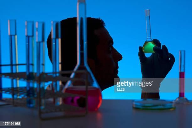 Chercheur travaillant au laboratoire