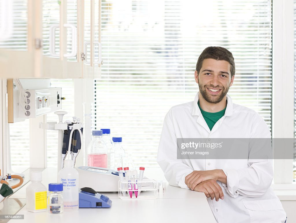 Researcher working in laboratory : Stock Photo