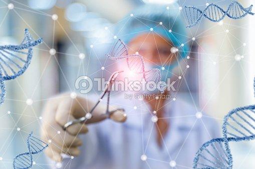 Investigador que trabaja con el ADN. : Foto de stock