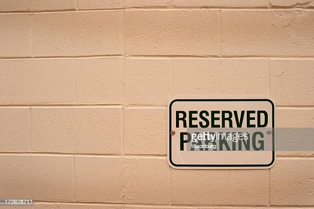 駐車場の上の壁のご予約