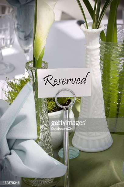 予約済みの優雅なイベントのテーブル