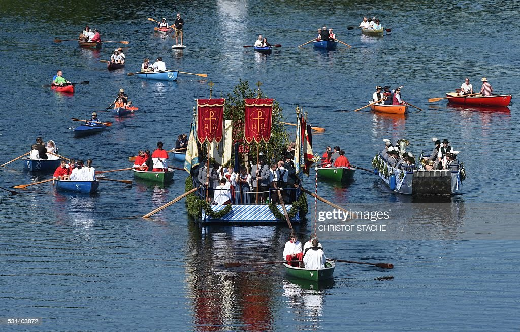 Residents and spectators in their boats take part in a Corpus Christi procession at the lake Staffelsee in Seehausen near Murnau, southern Germany, on May 26, 2016. / AFP / CHRISTOF
