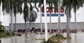Residents loot a suupermarket in Acapulco state of Guerrero Mexico on September 17 2013 as heavy rains hit the country Mexican authorities scrambled...