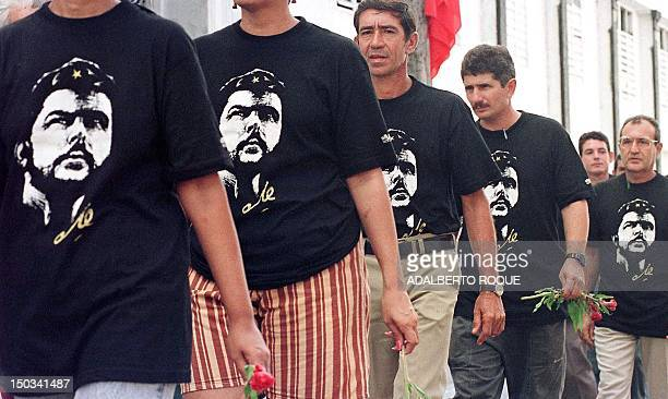 Residents of Santa Clara Cuba wearing Che Guevara Tshirts line up 16 October to pay their last respects to Guevara and six comrades in arms killed in...