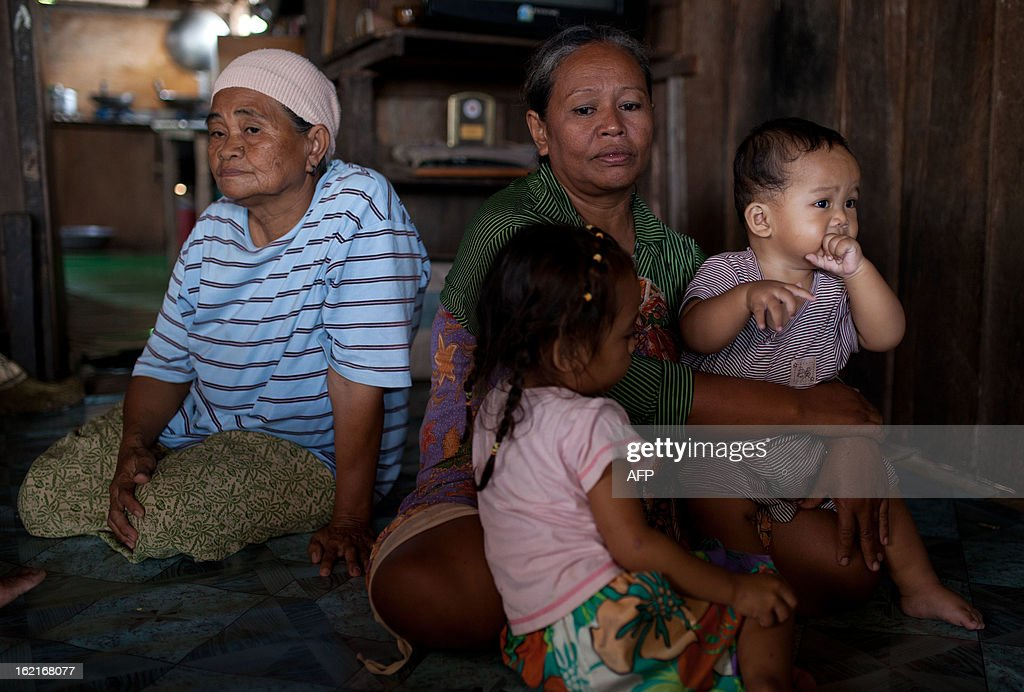 Residents of Tanduo village, where suspected Philippine militants are holding off, gather at their relative's house in Tanjung Labian, near Lahad Datu, on the Malaysian island of Borneo on February 20, 2013. Followers of a Philippine sultan who crossed to the Malaysian state of Sabah this month will not leave and are reclaiming the area as their ancestral territory, the sultan said on February 18 amid a tense standoff. AFP PHOTO / MOHD RASFAN