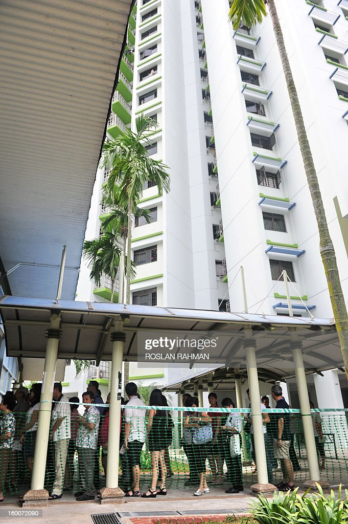 Residents queue at a polling station to cast their vote in the city's by-election in Singapore on January 26, 2013. Voters in a Singapore suburb began casting ballots on January 26 in a by-election that tests the public mood two years after the ruling party suffered its worst ever poll performance. AFP PHOTO / ROSLAN RAHAN