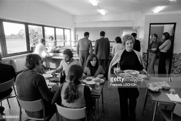 Restaurant d'entreprise dans une usine en octobre 1976 à Châteauroux France
