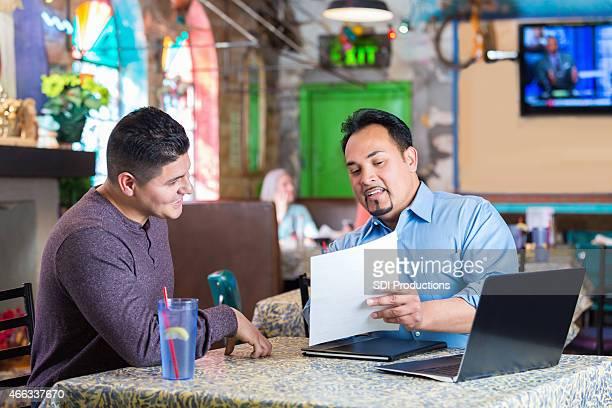 レストランのマネージャーよりリーティング従業員にインタビュー