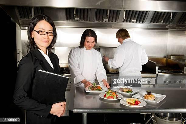 manager Restaurant mit professionellen Chefköche arbeiten