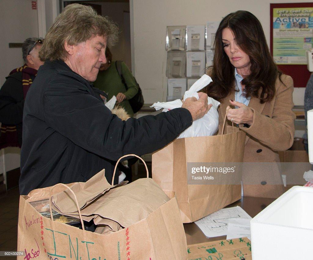 Lisa Vanderpump Prepares Holiday Meals For Project Angel Food