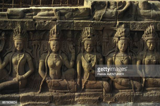 Restauration d'Angkor par les francais reconstitution terminee des Apsaras de la Terrasse du Roi Lepreux en mai 1994 au Cambodge