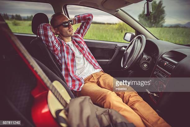 Détente dans une voiture en plein air