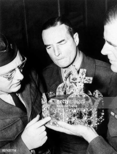 Restitution de la couronne de Charlemagne après avoir été retrouvée à Nuremberg en France en 1946