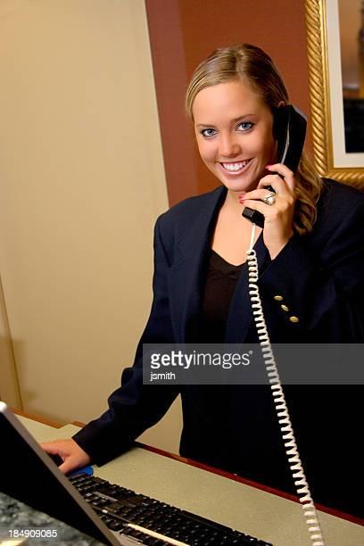 Retail bureau souriant au téléphone