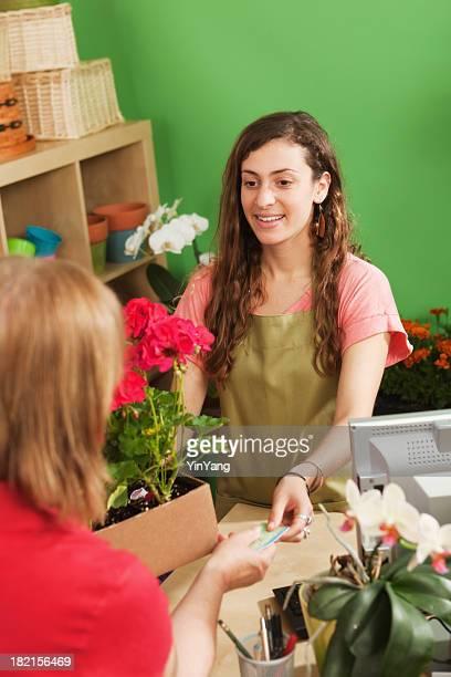 Retail Flower Shop Small Business-Sales Clerk hilft Kunden speichern