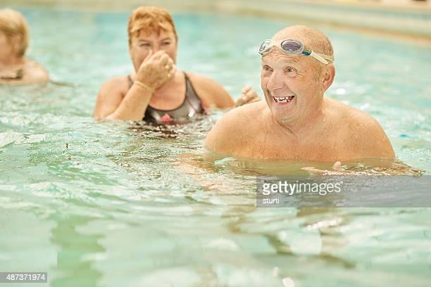 À la retraite couple s'amuser dans la piscine