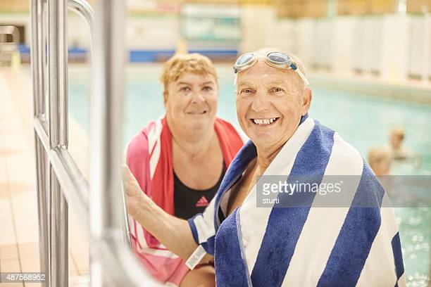 couple à la retraite au bord de la piscine