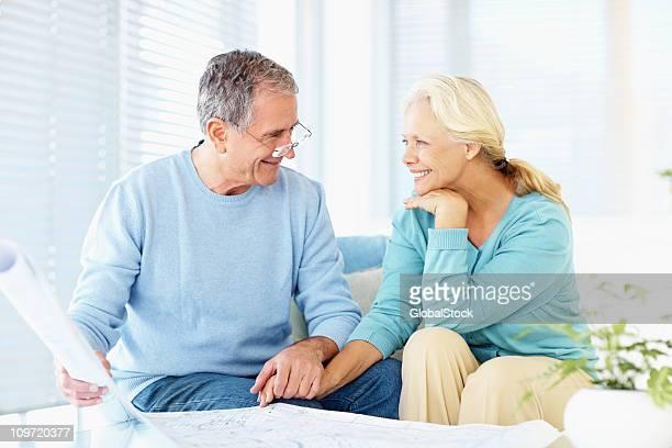 Ehemaliger paar sitzen zusammen mit blauem Muster