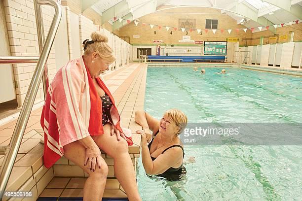 Retraité amis s'amuser au bord de la piscine